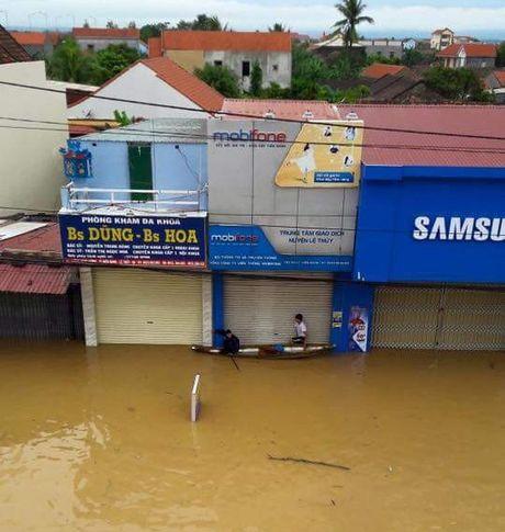 MobiFone mien phi 100 phut goi lien mang cho thue bao vung lu - Anh 1