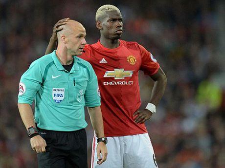 Jose Mourinho doi mat an phat vi 'lo mieng' ve trong tai bat tran Liverpool - Man United - Anh 2