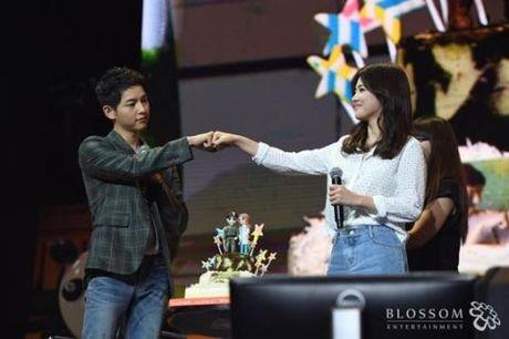Song Joong Ki va Song Hye Kyo gui qua 'khung' cho ca e-kip lam phim - Anh 1