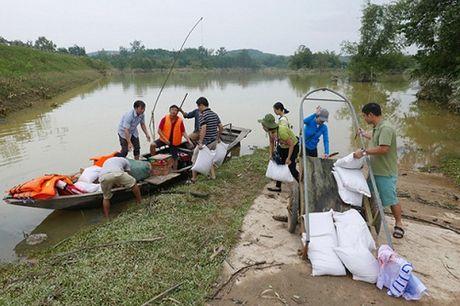 Bao NTNN/Dan Viet trao hang cuu tro trong 'oc dao' o Huong Khe - Anh 10