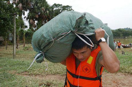 Bao NTNN/Dan Viet trao hang cuu tro trong 'oc dao' o Huong Khe - Anh 11