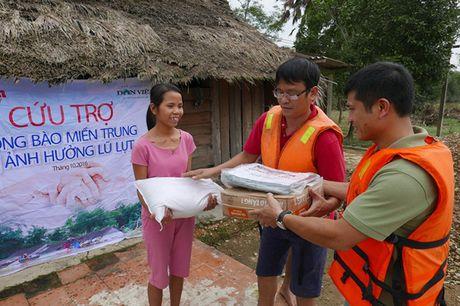 Bao NTNN/Dan Viet trao hang cuu tro trong 'oc dao' o Huong Khe - Anh 1
