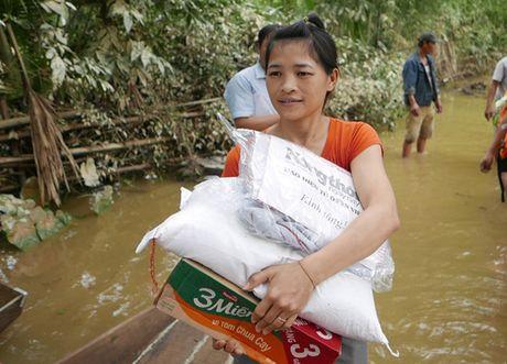 Bao NTNN/Dan Viet trao hang cuu tro trong 'oc dao' o Huong Khe - Anh 3