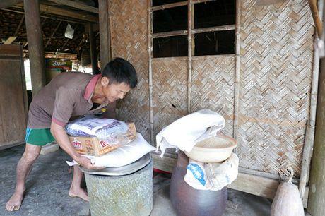 Bao NTNN/Dan Viet trao hang cuu tro trong 'oc dao' o Huong Khe - Anh 6