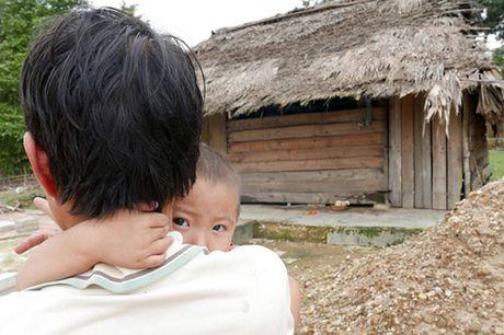 Bao NTNN/Dan Viet trao hang cuu tro trong 'oc dao' o Huong Khe - Anh 8