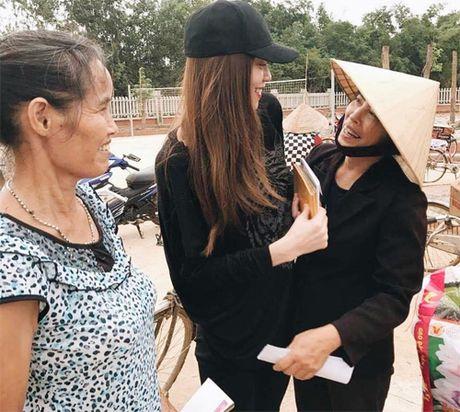 Ba con vung lu Quang Binh xuc dong om chat Ha Ho - Anh 3