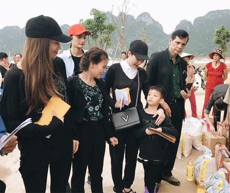 Ba con vung lu Quang Binh xuc dong om chat Ha Ho - Anh 4