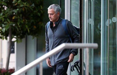 Chum anh: Mourinho 'cuon goi' ra di sau tran hoa Liverpool - Anh 1