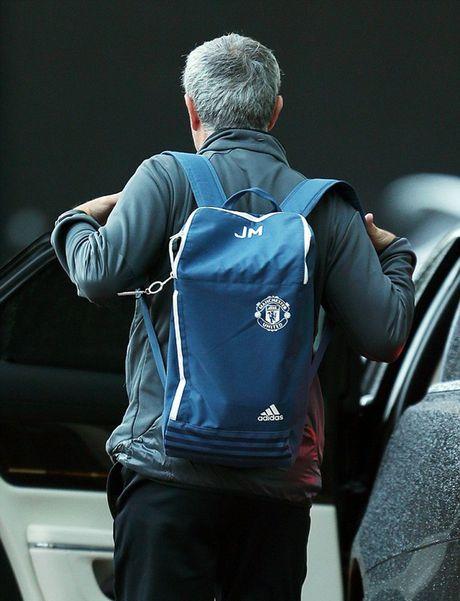 Chum anh: Mourinho 'cuon goi' ra di sau tran hoa Liverpool - Anh 2