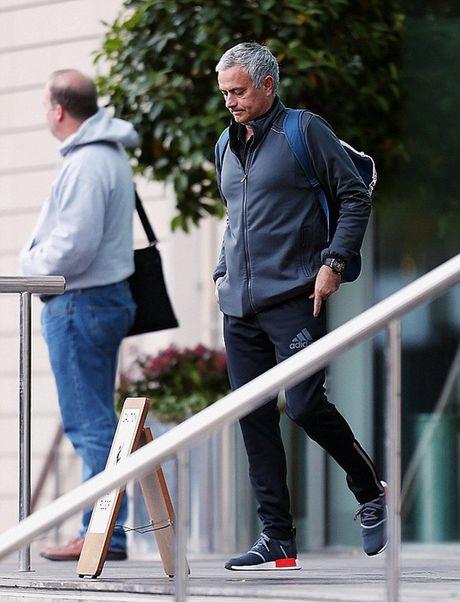 Chum anh: Mourinho 'cuon goi' ra di sau tran hoa Liverpool - Anh 3