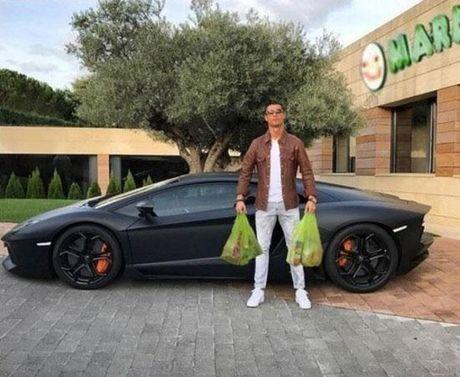 Cong dong mang troll Ronaldo di cho bang sieu xe - Anh 3