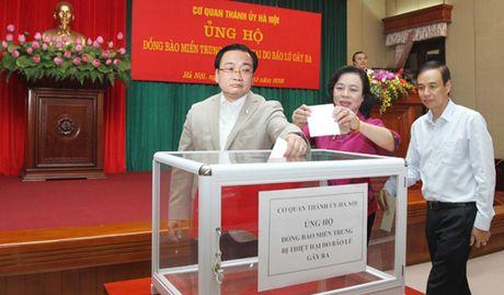 Lanh dao Thanh uy Ha Noi quyen gop ung ho dong bao mien Trung - Anh 1