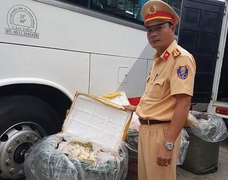Hue: Luc luong CSGT bat giu hon 300 kg hang noi tang boc mui hoi thoi - Anh 3