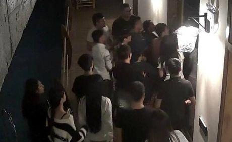 """Chang trai bi danh hoi dong chi vi """"yeu"""" qua lon tieng trong khach san - Anh 2"""