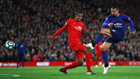 Ibrahimovic bo lo co hoi kho hieu o tran Liverpool vs MU - Anh 1