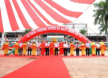 Khai truong tuyen xe bus chat luong cao dau tien tai Binh Phuoc - Anh 1
