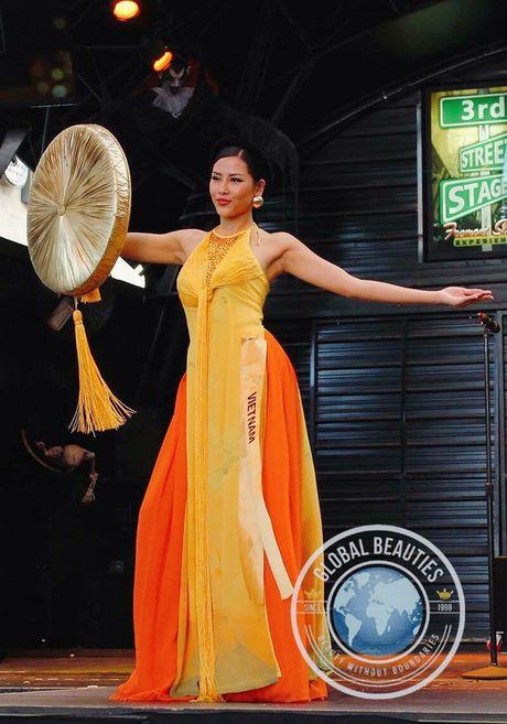 A Hau Nguyen Thi Loan toa sang voi trang phuc dan toc - Anh 2