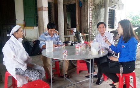 Bao Nguoi Lao Dong trao 10 trieu cho gia dinh co 2 nguoi chet trong lu lich su - Anh 2