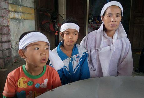 Bao Nguoi Lao Dong trao 10 trieu cho gia dinh co 2 nguoi chet trong lu lich su - Anh 3