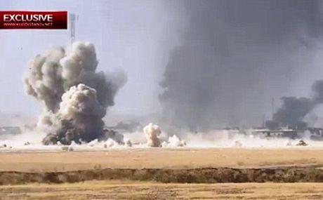 Xe bom IS lieu chet dam xe tang Iraq, no lon ngut troi - Anh 1