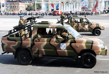 Xe ban tai UAZ Patriot Nga duoc lap sung may dua ra chien truong - Anh 1