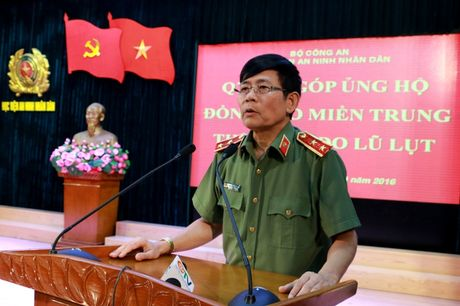 Hoc vien An ninh nhan phat dong ' Ung ho dong bao mien Trung bi thiet hai do bao lu' - Anh 2