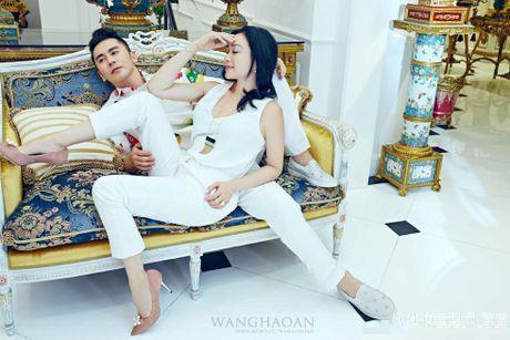 Anh cuoi long lanh cua Chung Le De voi hon phu kem 12 tuoi - Anh 1
