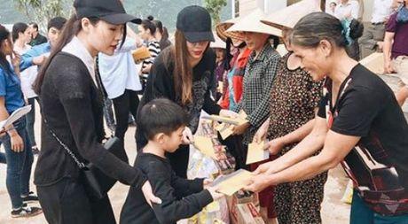Sau Phan Anh, Ho Ngoc Ha cung da den Quang Binh trao qua cuu tro - Anh 1