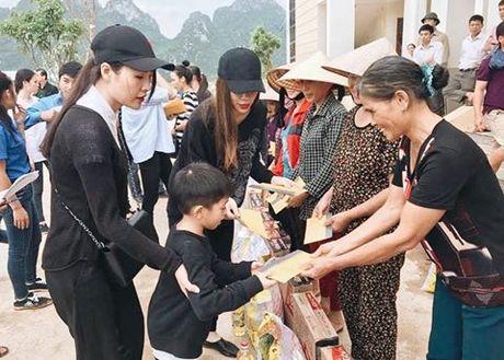 Sau Phan Anh, Ho Ngoc Ha cung da den Quang Binh trao qua cuu tro - Anh 4