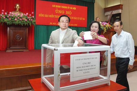 Co quan Thanh uy Ha Noi quyen gop ung ho dong bao mien Trung - Anh 1