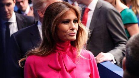 Vo Trump bao ve chong trong khi ong bi cao buoc quay roi - Anh 1