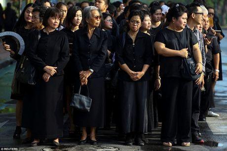 Thai Lan phat mien phi 8 trieu chiec ao den cho nguoi ngheo de tang vua - Anh 1