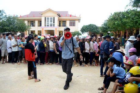 Tam gac viec gio bo, MC Phan Anh voi den se chia voi ba con vung lu Quang Binh - Anh 1
