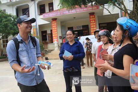 Tam gac viec gio bo, MC Phan Anh voi den se chia voi ba con vung lu Quang Binh - Anh 3