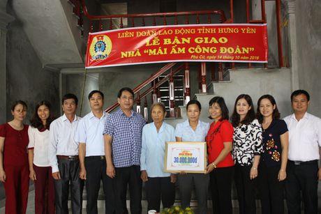 LDLD tinh Hung Yen: Ban giao 3 MACD cho NLD co hoan canh kho khan - Anh 1