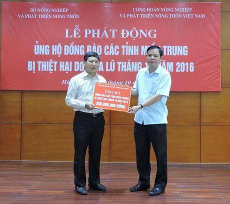 Bo NNPTNT ung ho dong bao lu lut mien Trung 400 trieu dong - Anh 1