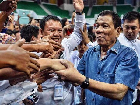 Ong Duterte thay doi quan diem ve bien Dong - Anh 2