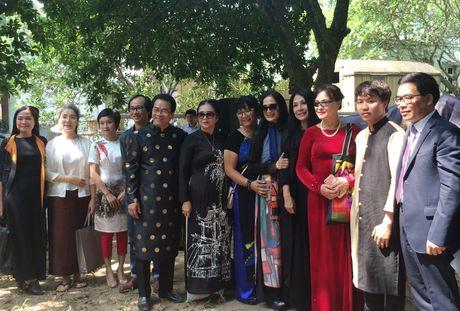 Mac ao dai khong co quan la tham hoa - Anh 1