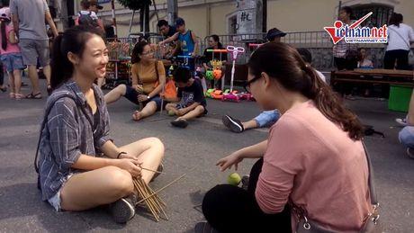 Tro choi dan gian - ban sac Viet tren pho di bo - Anh 1