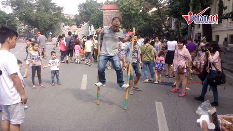 Tro choi dan gian - ban sac Viet tren pho di bo - Anh 2