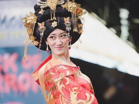 Hoa hau Trung Quoc bi che khong thuong tiec vi… giong dan ong - Anh 1