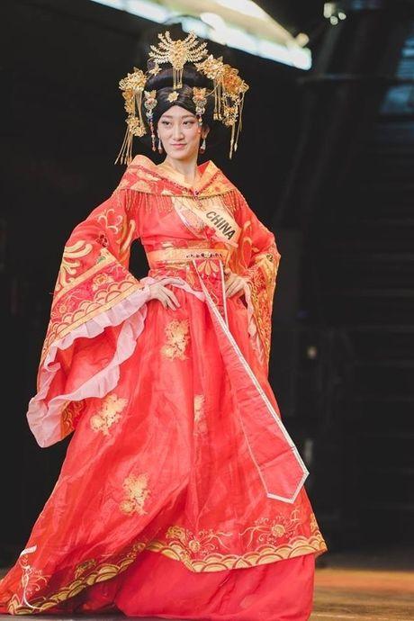 Hoa hau Trung Quoc bi che khong thuong tiec vi… giong dan ong - Anh 2