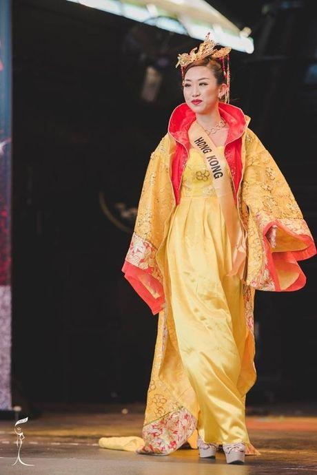 Hoa hau Trung Quoc bi che khong thuong tiec vi… giong dan ong - Anh 3