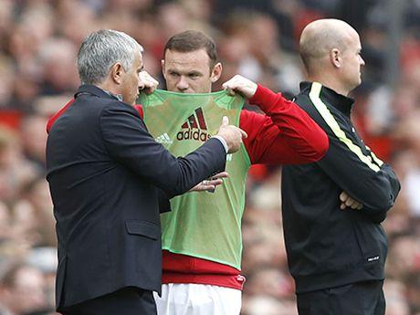 Man United: Tu ghe du bi, Rooney gan nhu vo hai - Anh 1