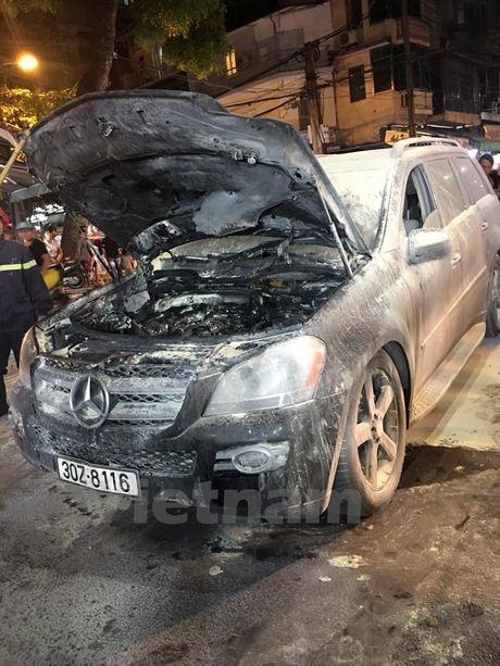 Ha Noi: Xe hop Mercedes bong nhien boc chay giua pho co - Anh 2