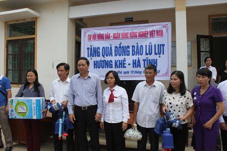TU Hoi NDVN trao gan 430 trieu dong cho ba con bi lu lut tai Ha Tinh - Anh 3