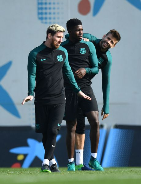 Pique va Suarez cai tay doi tren san tap Barca - Anh 10