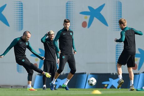 Pique va Suarez cai tay doi tren san tap Barca - Anh 4