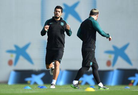Pique va Suarez cai tay doi tren san tap Barca - Anh 5