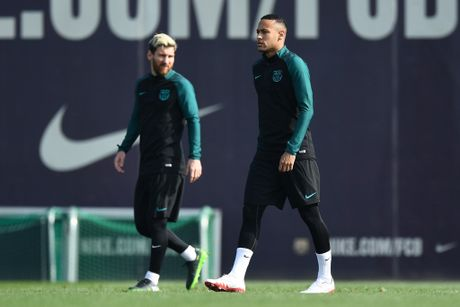 Pique va Suarez cai tay doi tren san tap Barca - Anh 6